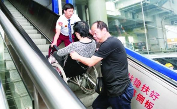 地鐵(tie)電梯(ti)專為一(yi)輛輪椅變換方向